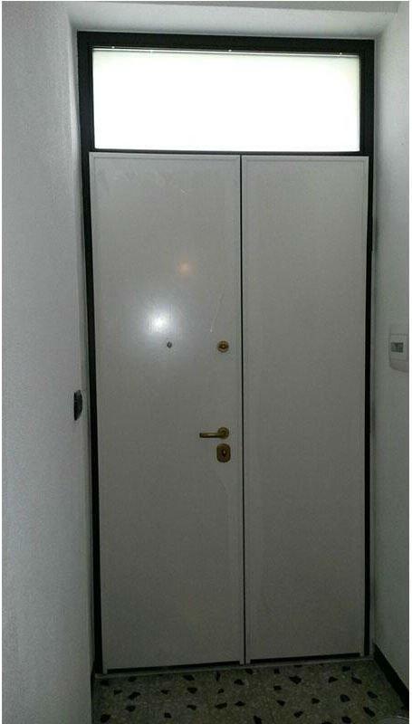 una porta blindata bianca