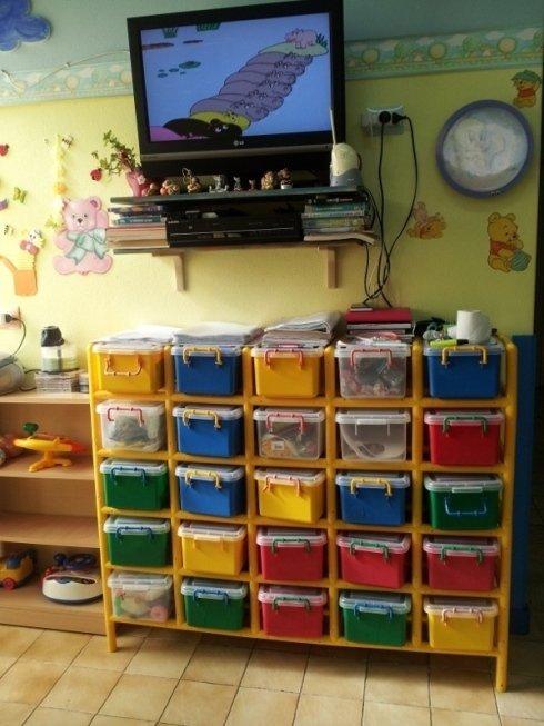 cassetti colorati stracolmi di giochi