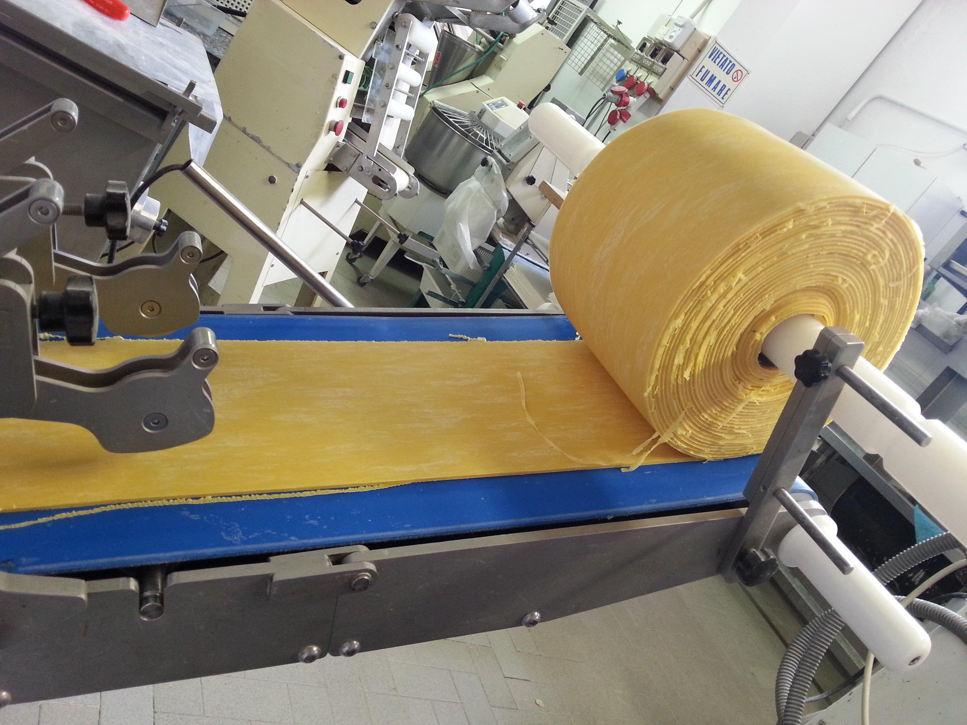 grande rotolo di pasta fresca