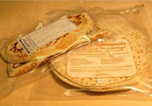 Due pacchi di piadine con scritto Romagnola La casalinga