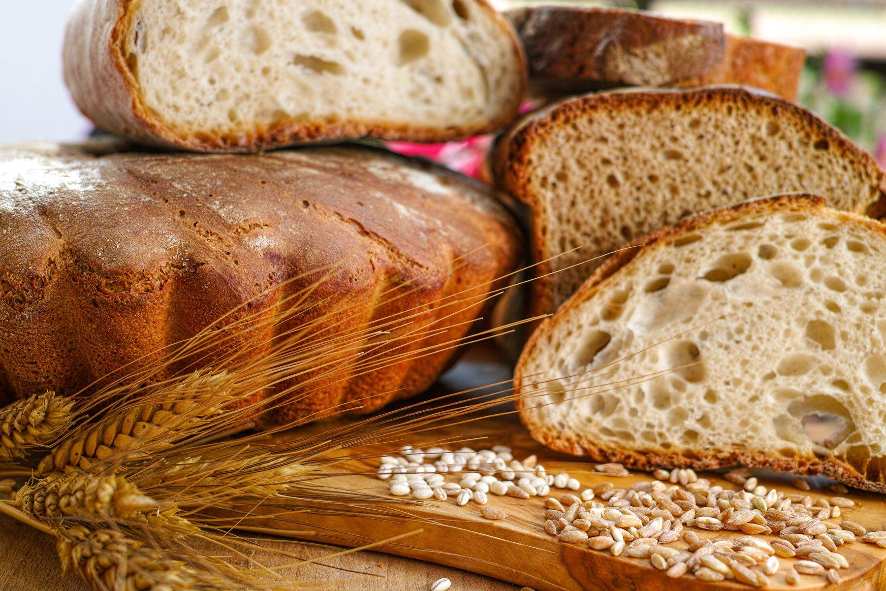 fette di pane su un tagliere
