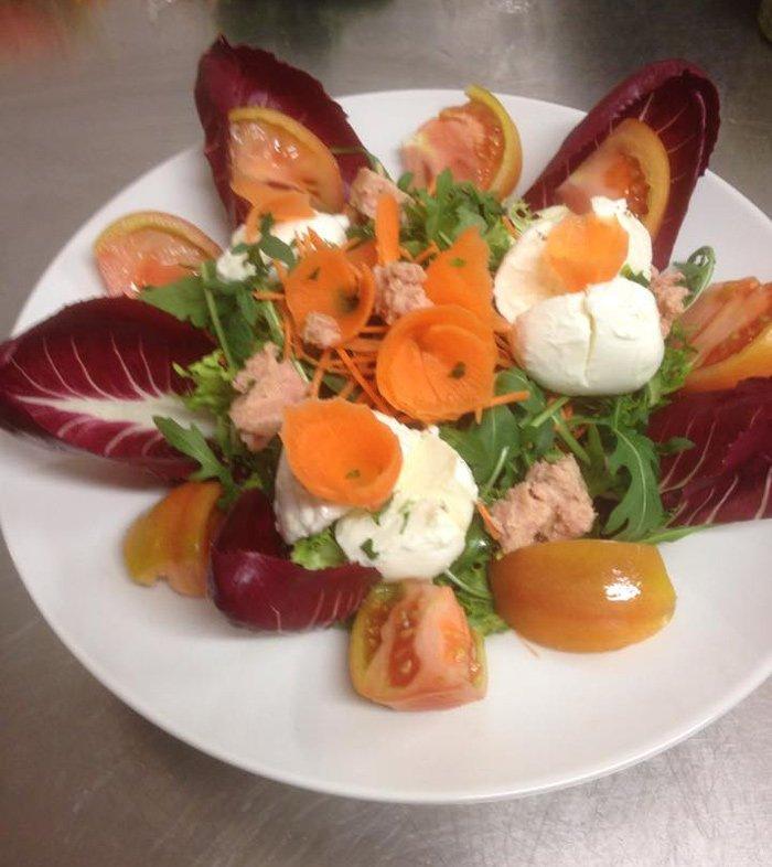 insalata composta con mozzaella radicchio rosso carote rucola e pomodorini