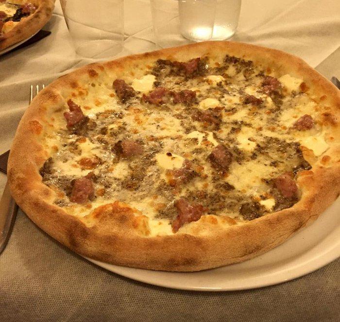pizza ai funghi e salsiccia