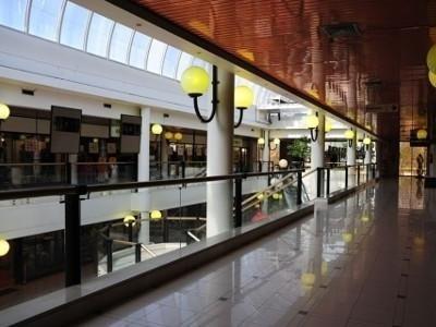 centro commerciale a due piani