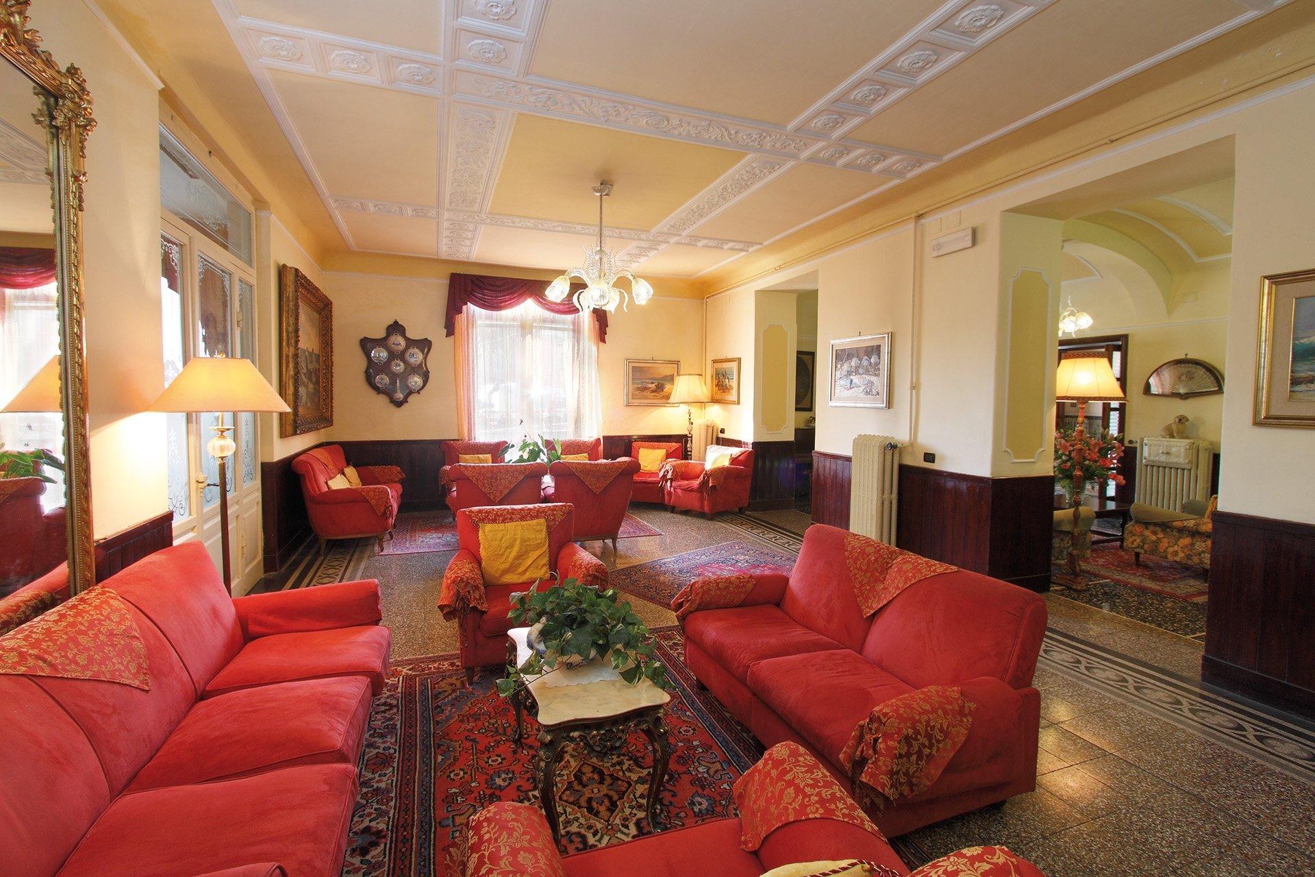 Salotti dell'hotel, cinque sofá rosse
