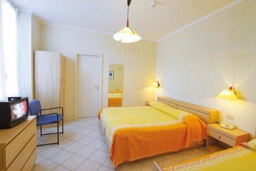 Camera da letto matrimoniale gialla