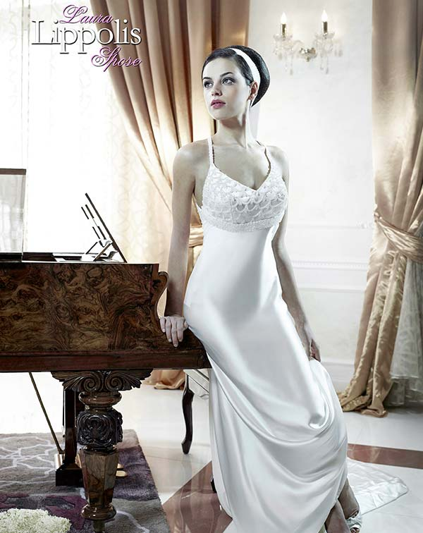 Donna con gli abiti da sposa a Putignano