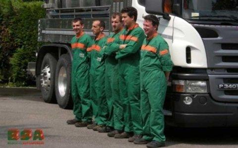 Foto di cinque uomini in uniforme