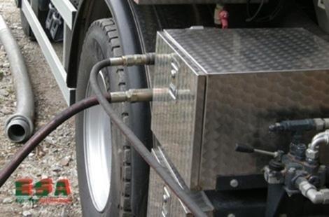 Due tubi uscendo da una cassa di metallo che è nel camion