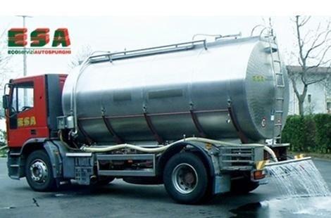 Camion mettendo acqua in strada