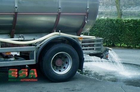 Autocisterna mettendo acqua in strada