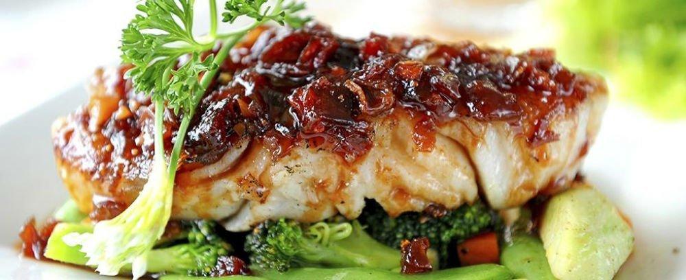 un filetto di pesce con sugo e verdure