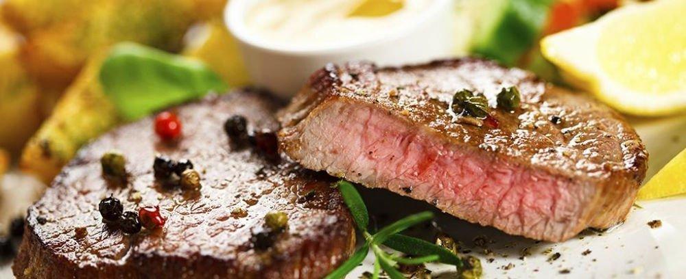 due filetti di carne con pepe in grani