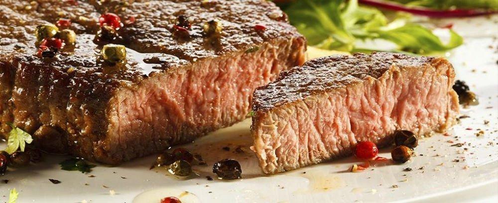 un filetto di carne con pepe verde, nero e rosso