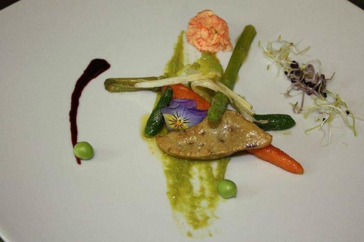 un piatto a base di fiori, asparagi e gamberi