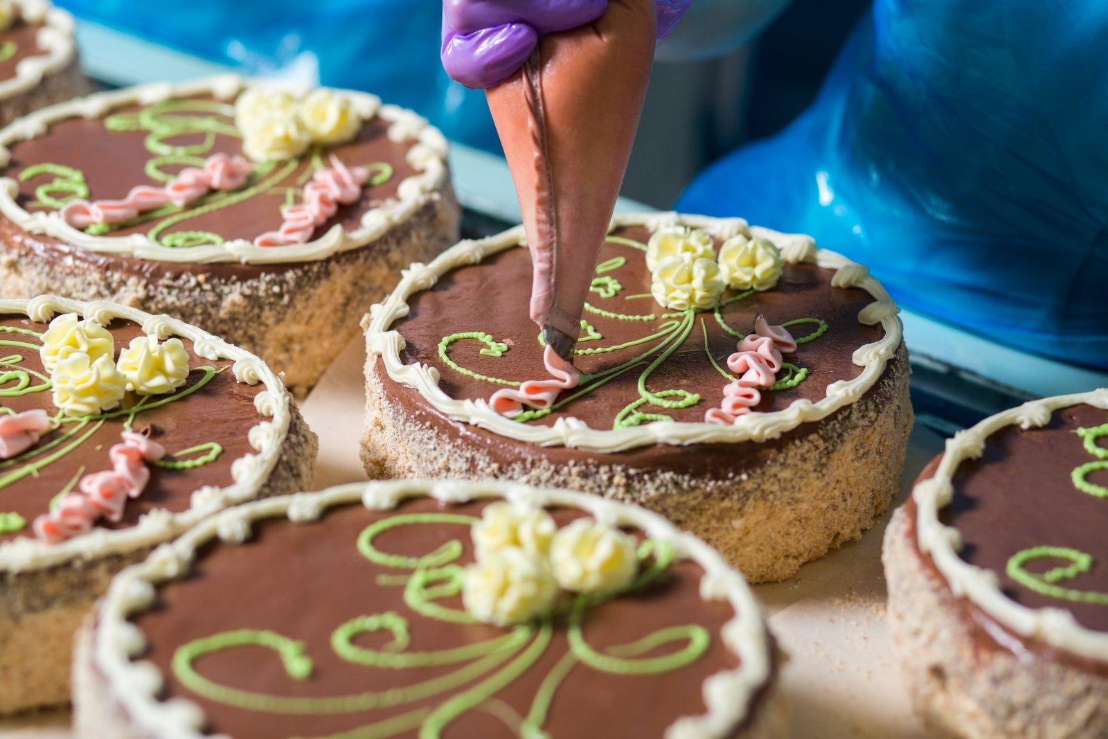 delle torte al cioccolato e panna decorate