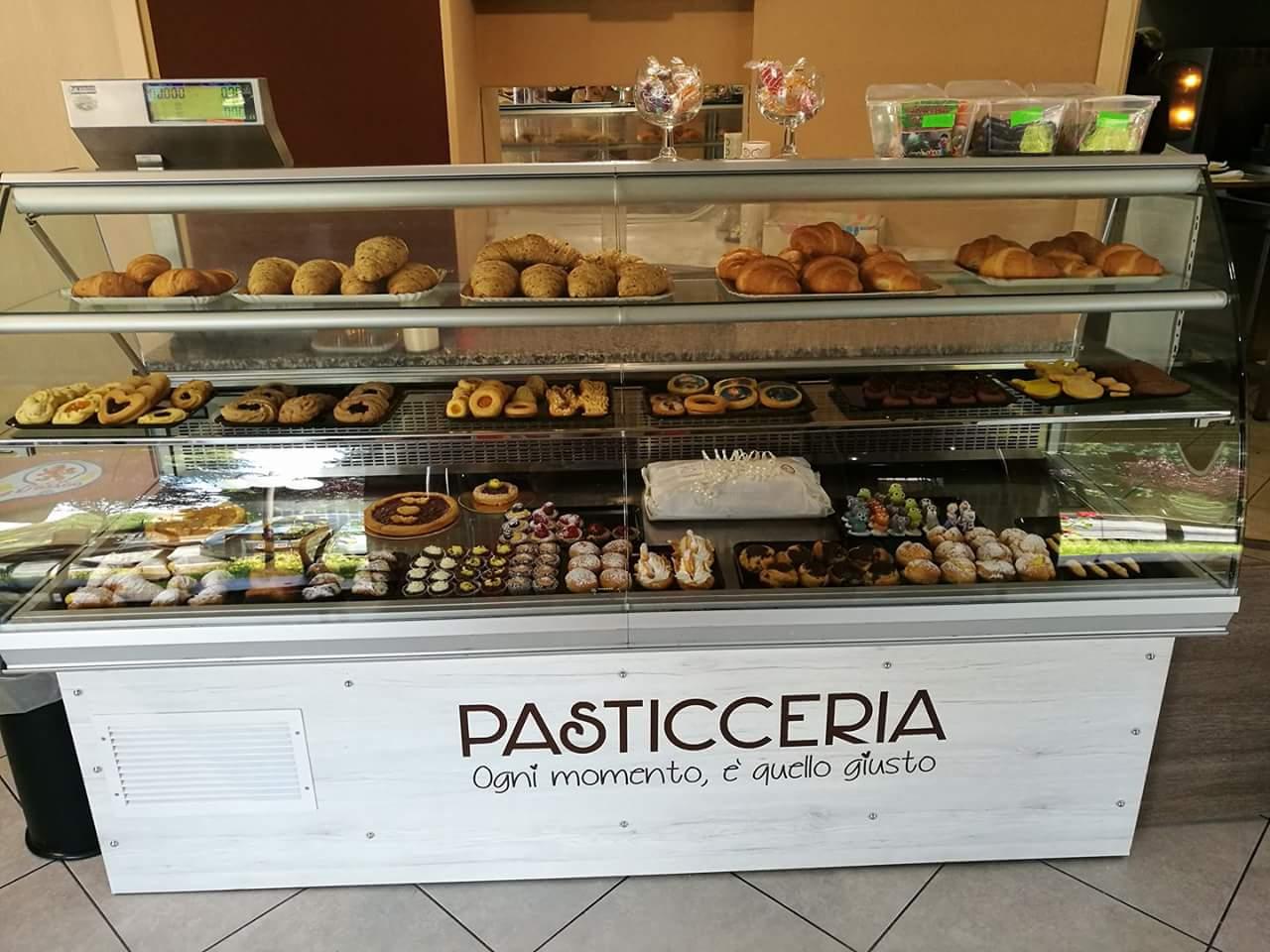 dei biscotti, torte e altro in una pasticceria