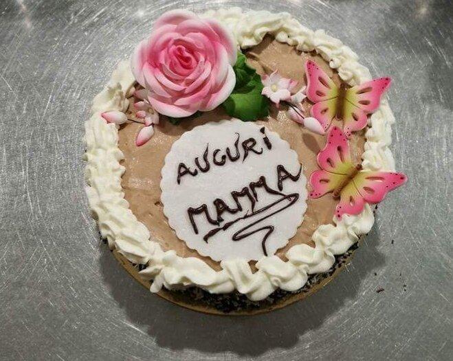 torta con scritto  auguri mamma