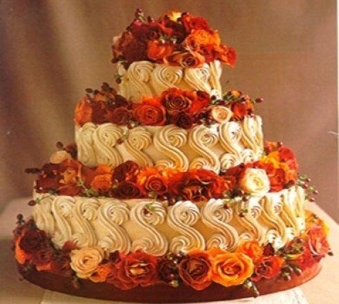 torta decorata con fiori freschi