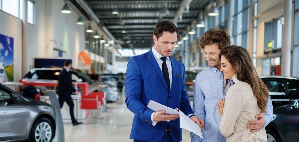 agente di vendita auto della concessionaria