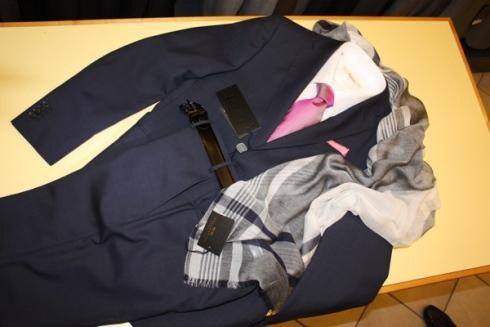 un completo blu con camicia e cravatta