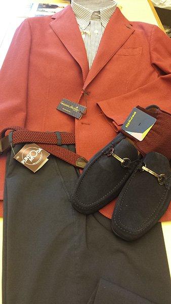 pantaloni, giacca rossa e scarpe nere