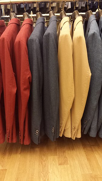camicie blu, rosse e gialle
