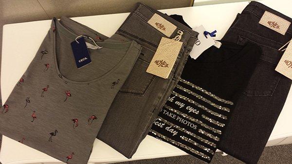 maglietta grigia e Jeans