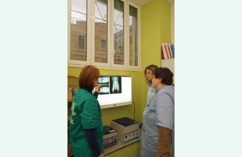 medici che discutono i rapporti della radiografia