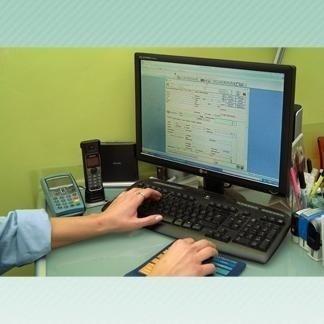 persona che lavora su computer