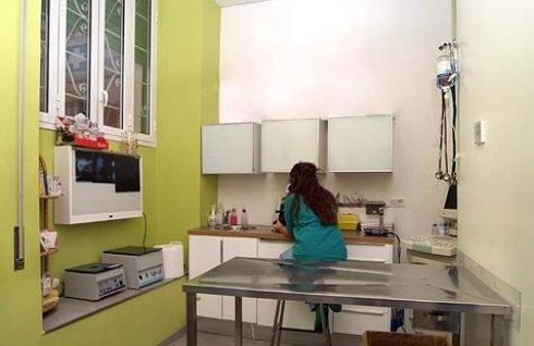 interno del laboratorio dove infermiera lavora