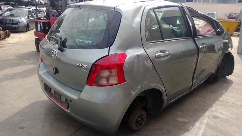 auto Yaris ammaccata e senza ruote