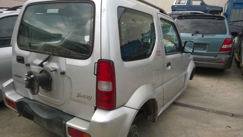 auto Jimmy parcheggiata senza ruota di scorta e ruote