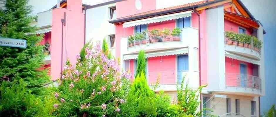 palazzina con muri esterni tinti di rosa