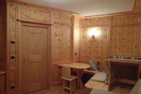 Rivestimento parete in legno cirmolo.