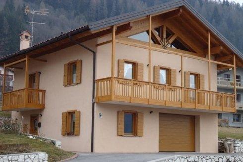 Realizzazione di infissi e balconi in legno.