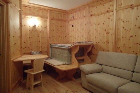 Arredamento soggiorno in legno di cirmolo.
