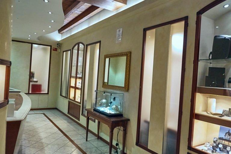 vista laterale dell' interno di  un gioiellerie