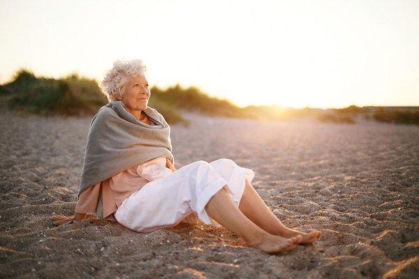 signora sorda in spiaggia