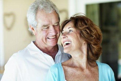 anziani sorridenti con apparecchi acustici
