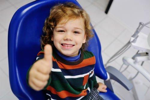 bambino sorridente dal dentista