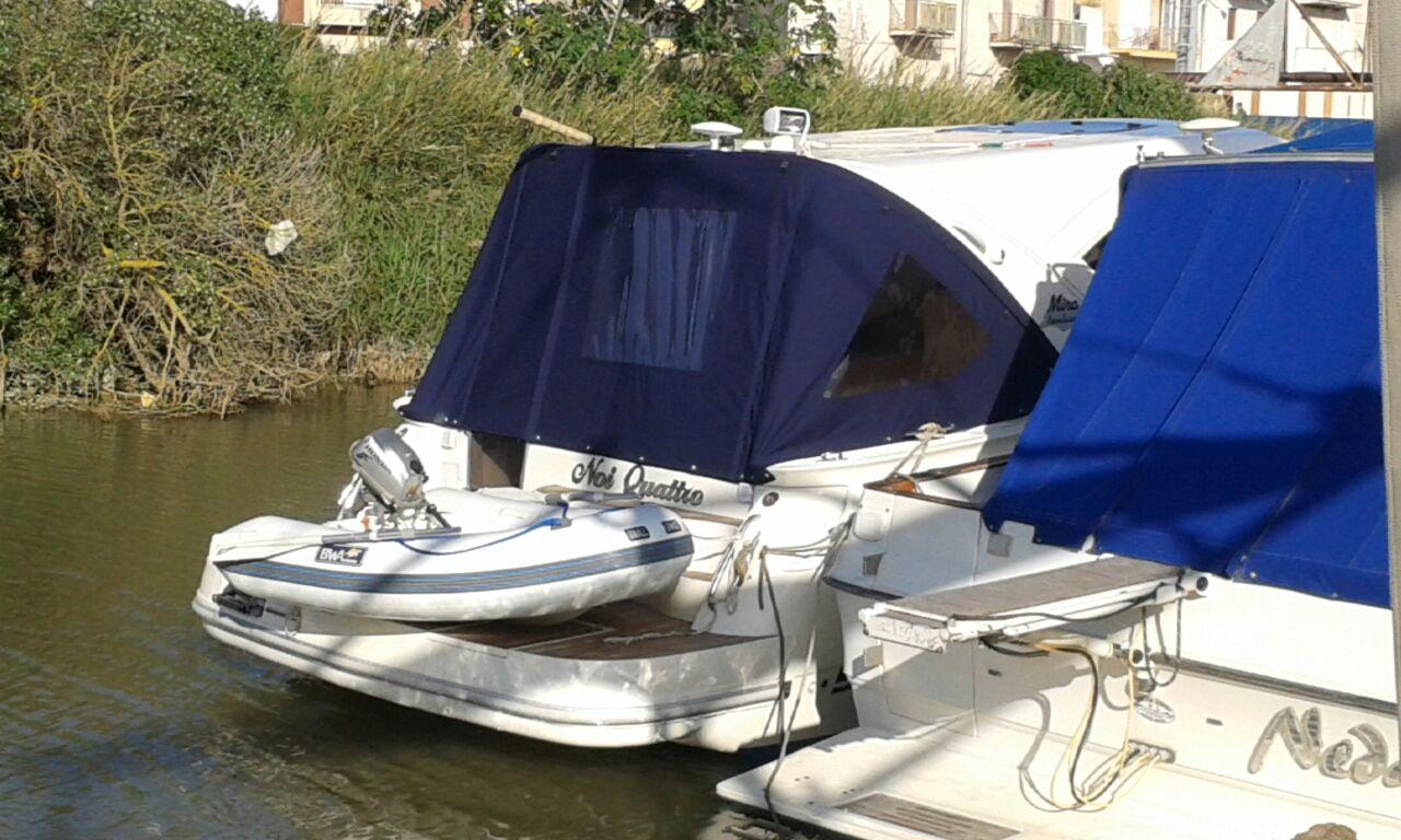 Tendalini barca su imbarcazioni ormaggiate