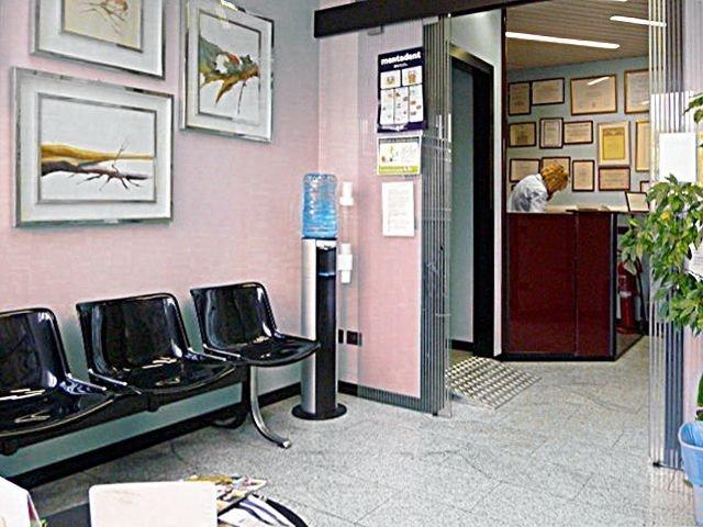 sala d'attesa e reception dello studio dentistico
