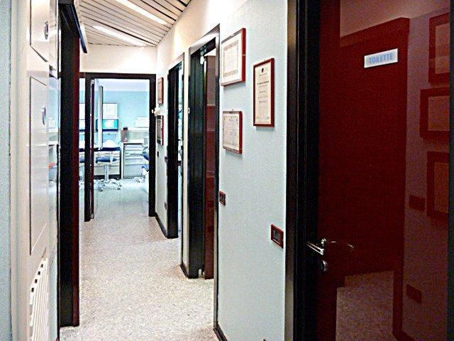 un corridoio in uno studio dentistico