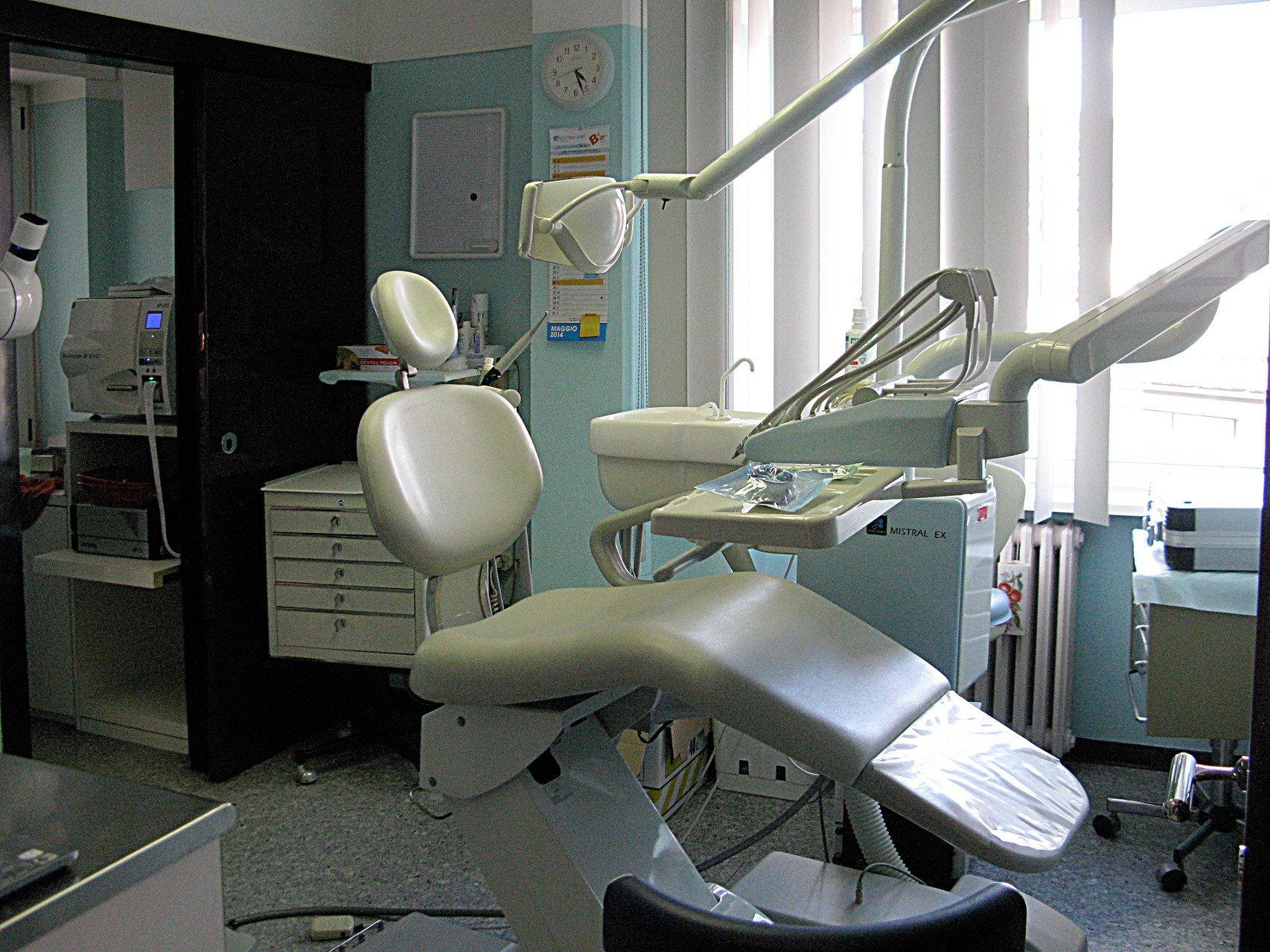 un lettino e accanto degli attrezzi dentistici