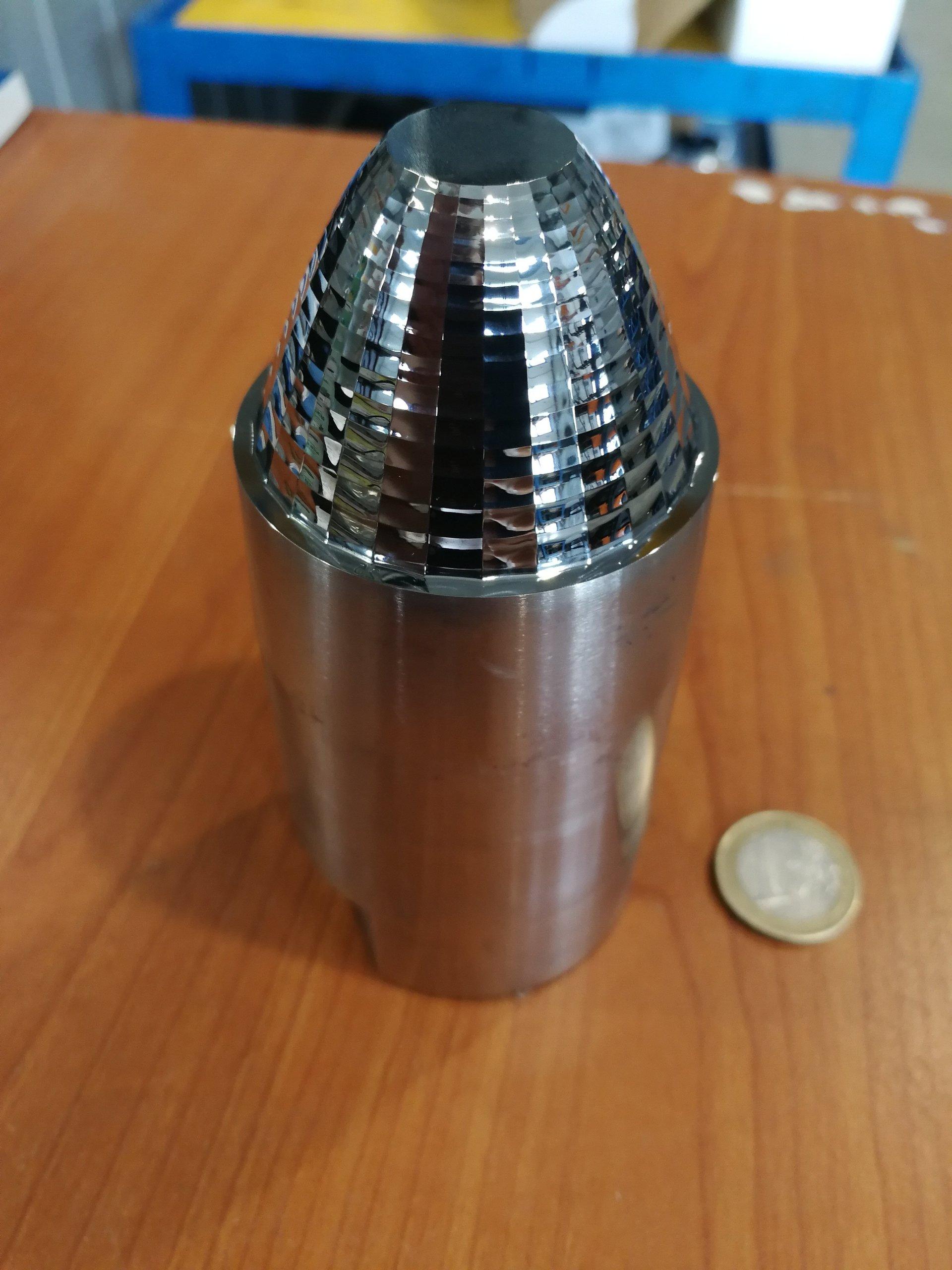 oggetto in metallo dopo lappatura ottica