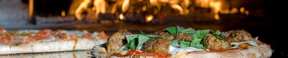 Pizza cotta al forno al legna