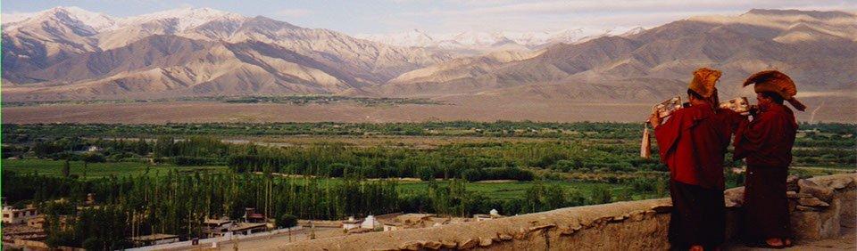 Mönche im Kloster für den Morgenruf in Ladakh, Indien