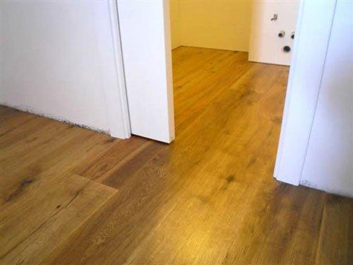 due stanze con un pavimento in legno