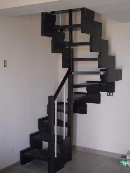 Delle scale di color nero